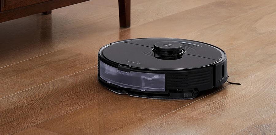 Roborock S7 mops the laminate floor in the bedroom.